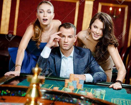 8077018-homme-avec-deux-femmes-jouant-à-la-roulette-au-casino-la-dépendance-à-l-jeu-
